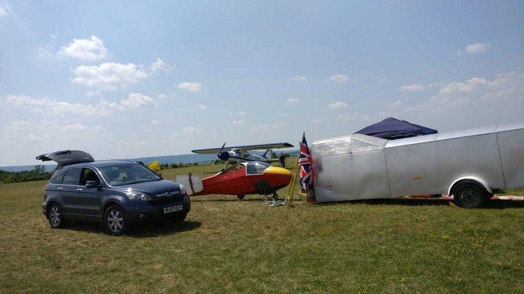 Die Rote Ka8 beim Aufbau am Fluglager mit dem Union Jack. Im Hintergrund die Do der Springer