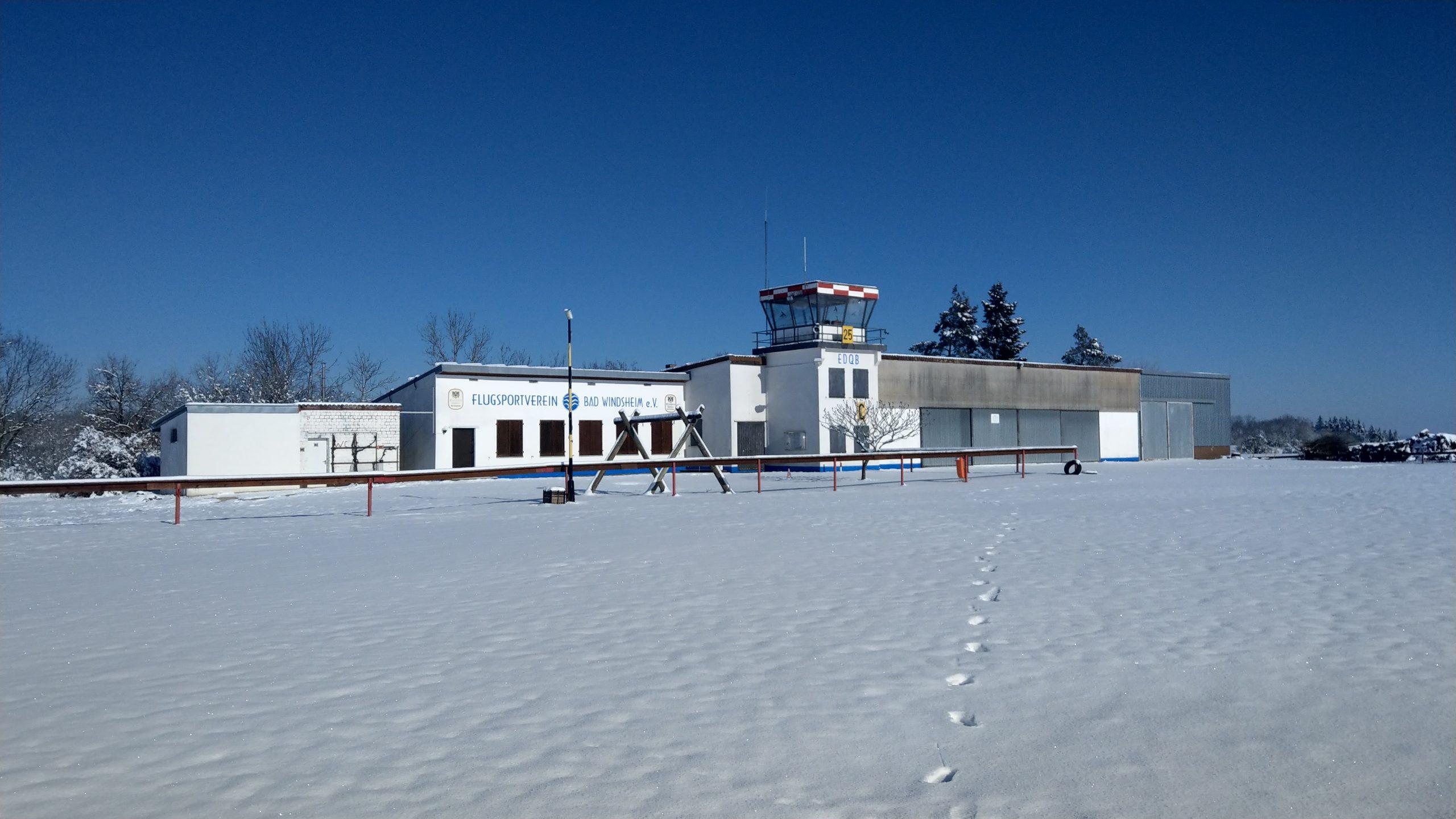Winter am verschneiten Flugplatz